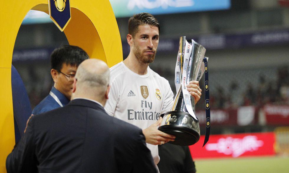 Ramos, capitán, sí recogió esta vez el trofeo de campeón