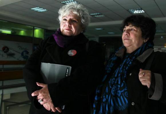 Veronica de Negri (izq), madre del fotógrafo Rodrigo Rojas de Negri, muerto durante la dictadura militar (1973-1990), y Alicia Lira, en Santiago, el 24 de julio de 2015. Foto: AFP