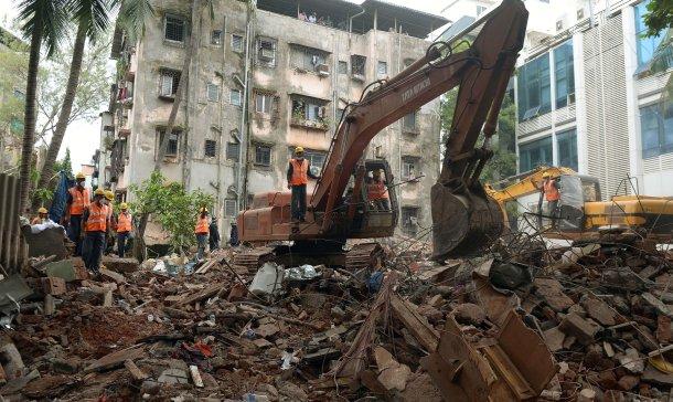 Colapsa un edificio en la India