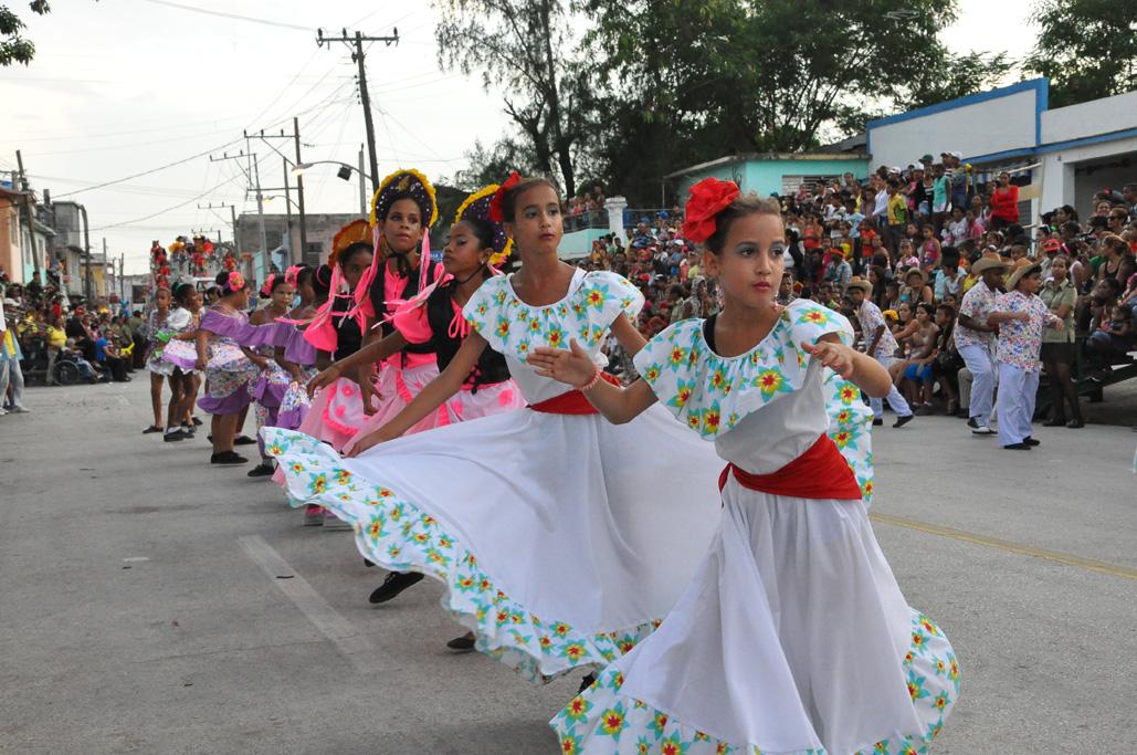 Conga, ritmo y color en los paseos carnavalescos