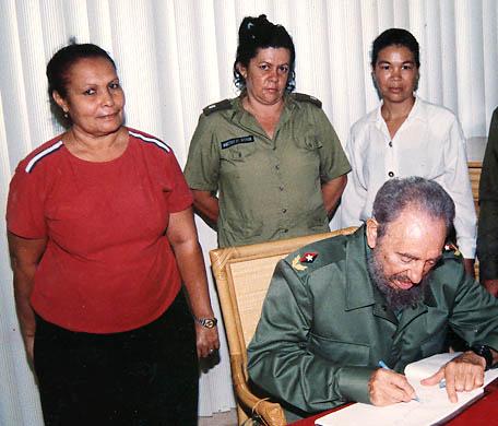 Fidel junto a bayamesas