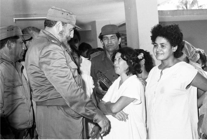 Fidel  en el hospital municipal  Fernando  Echenique, de Río Cauto, durante una visita a Granma en 1986.