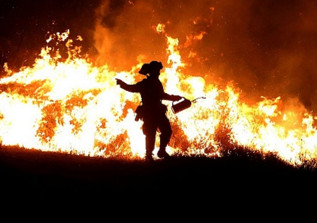 Movilizan a militares para combatir incendios en occidente de EE.UU.