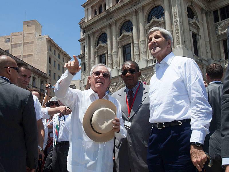 John Kerry pasea por La Habana Vieja, bajo el sol del Trópico