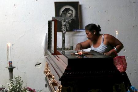 Una familiar ante el ataúd de Miguel Ángel Jimenez, líder de la policía del vecindario del estado de Guerrero, México