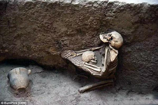 Descubren restos de una madre que murió protegiendo a su hijo de un terremoto