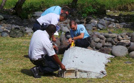 Gendarmes franceses inspeccionan la pieza hallada en la isla de la Reunión
