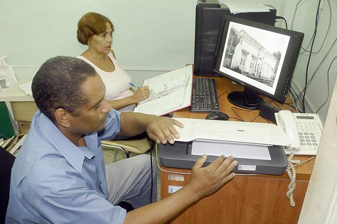 Manuel Pompa e Iliana Sánchez durante el proceso de digitalización