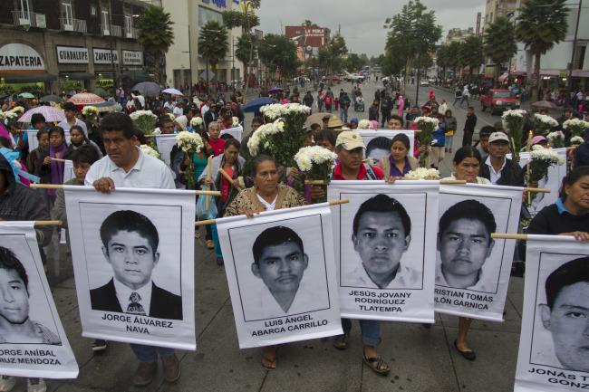 Familiares de los 43 desaparecidos esperan respuesta de Peña Nieto
