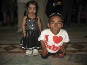 El hombre y la mujer más pequeños del mundo, el nepalí Changa Bahadur Dangi, de 72 años y 54,6 centímetros de altura, y la india Jyoti Amge, de 19 años y 62
