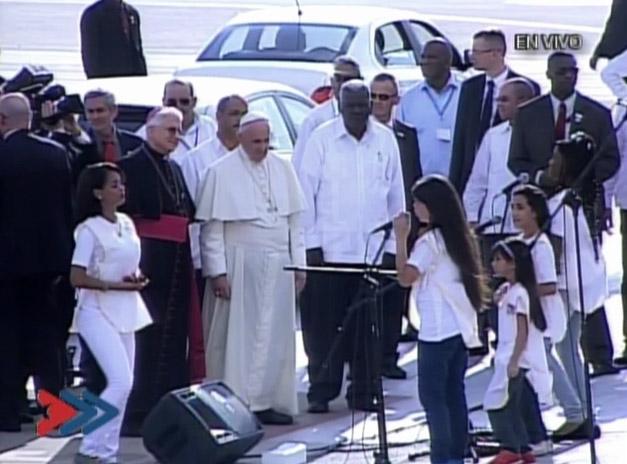 El Papa es recibido por un coro de niños en Santiago de Cuba