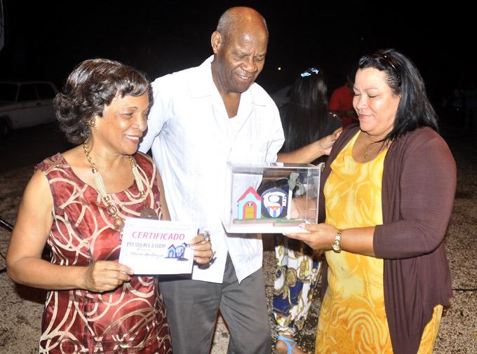 Recibe familia Osorio Montenegro premio del barrio