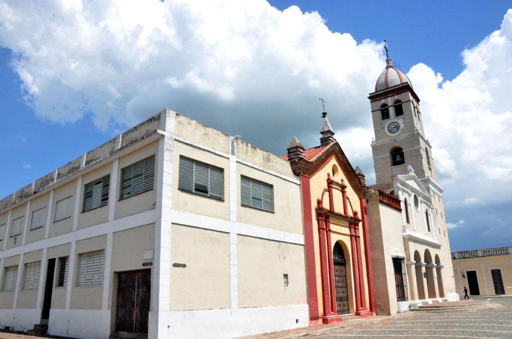 Iglesia de Bayamo, al frente la Plaza del Himno