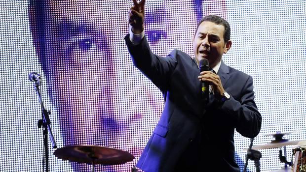 Humorista guatemalteco se impone en reñidos comicios presidenciales que se resolverán en balotaje
