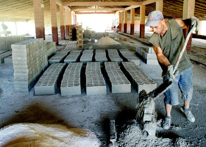 Examinarán producción local de materiales de construcción