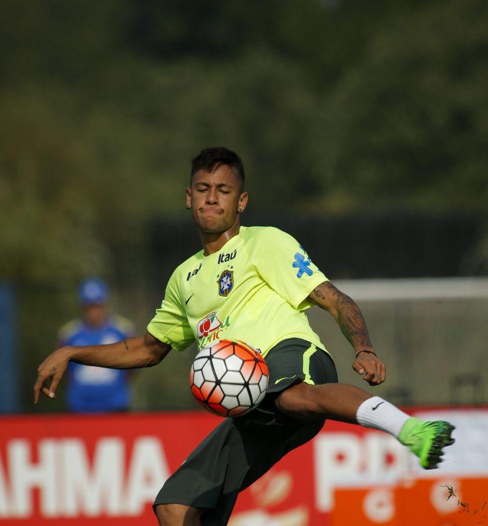 Neymar, con un golpe en la rodilla, será suplente en Brasil