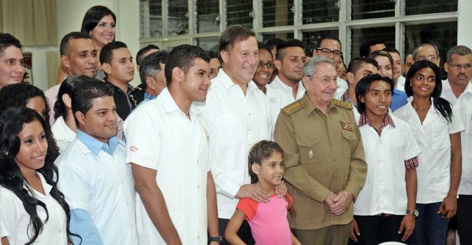 Visitan Raúl y el Presidente panameño la Escuela Latinoamericana de Medicina