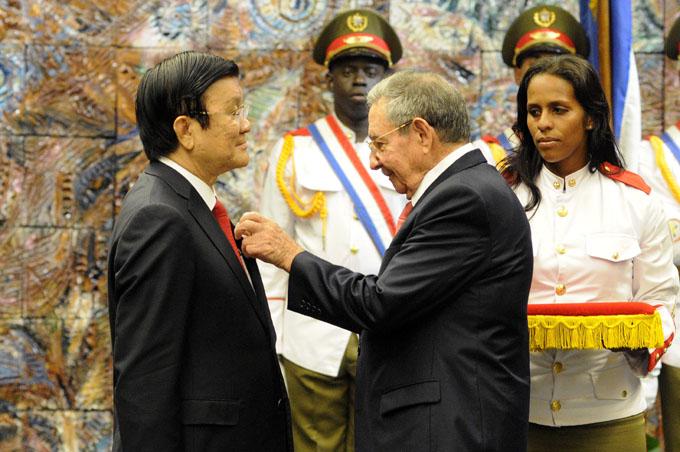 Impone Raúl Castro Orden José Martí a Presidente de Vietnam