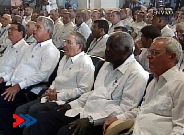 Acompañan a Raúl el Presidente de la Asamblea Nacional Esteban Lazo, el primer vicepresidente de Cuba Miguel Díaz-Canel y al canciller Bruno Rodríguez Parrilla