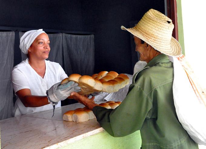Además del pan de la canasta básica en el Combinado La Victoria producen ese alimento para Educación y otros organismos / FOTO Rafael Martínez Arias