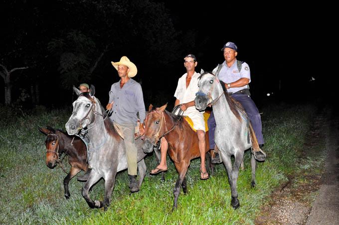 Sobre caballos y vigilantes