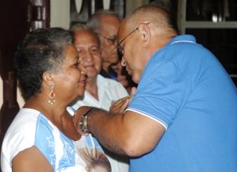 Carlos Rafael Miranda Martínez, miembro del Consejo de Estado y coordinador nacional de los CDR, entrega la medalla Por la defensa y unidad del barrio./ FOTO: Luis Carlos Palacios.
