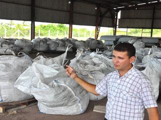 """""""Los residuales de plomo se disponen en bolsas de polietileno y son conducidos a este confinamiento hasta su recolección"""", acota maikel Guerra López. /FOTO Rafael Martínez"""
