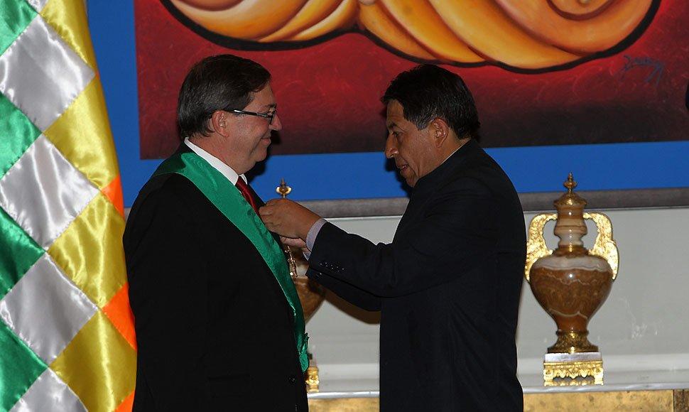 Bolivia condecoró al canciller cubano con El Cóndor de Los Andes