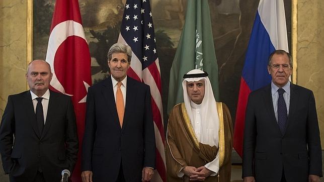 De izquierda a derecha, los jefes de la diplomacia Feridun Sinirlioglu (Turquía), John Kerry (EE.UU.), Adel al-Jubeir (Arabia Saudí) y Serguei Lavrov (Rusia), este viernes en Viena