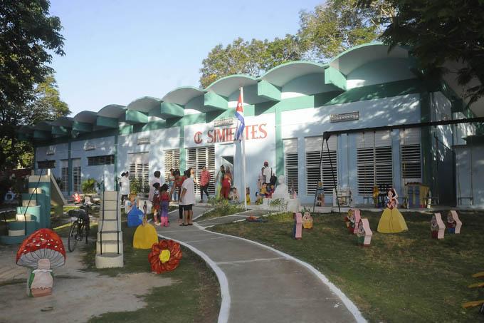 Reparan centros educacionales de Manzanillo