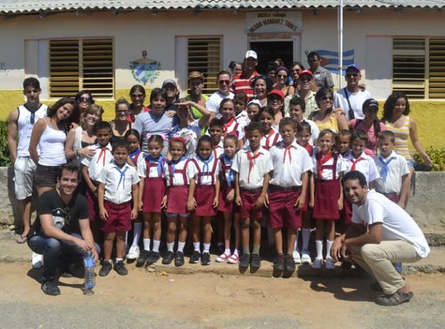 Junto a pioneros y maestros de la escuela, en Cabo Cruz.