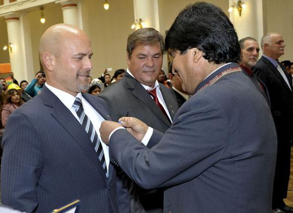 05 octubre 2015, La Paz.- EL Presidente Evo Morales, condecora a seis héroes cubanos, con la medalla Legión de Honor Mariscal Andrés Santa Cruz, en el grado Caballero, por su lucha permanente contra el terrorismo. (Fotos: Freddy Zarco)