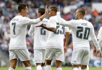 Los jugadores del Madrid celebran los goles y el triunfo. | DANI SANCHEZ