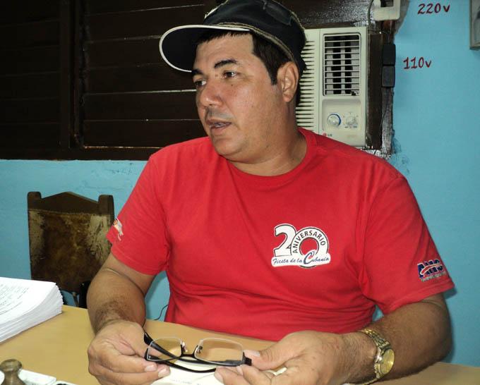 """""""La UEB cuenta con 170 trabajadores, distribuidos en la planta y en los centros de acopio y beneficio"""", expone Guevara Beltrán / FOTO Leonardo Leyva Paneque"""