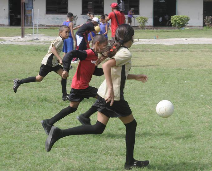 Como en casi todo el país, el fútbol es pasión para muchos niños del centro yarense / FOTO Luis Carlos Palacios Leyva
