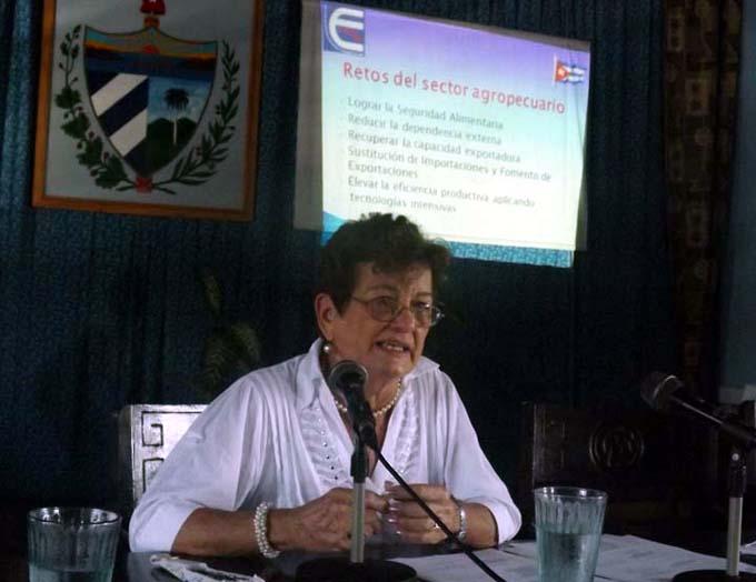 Imparten conferencia sobre la producción de alimentos en Manzanillo