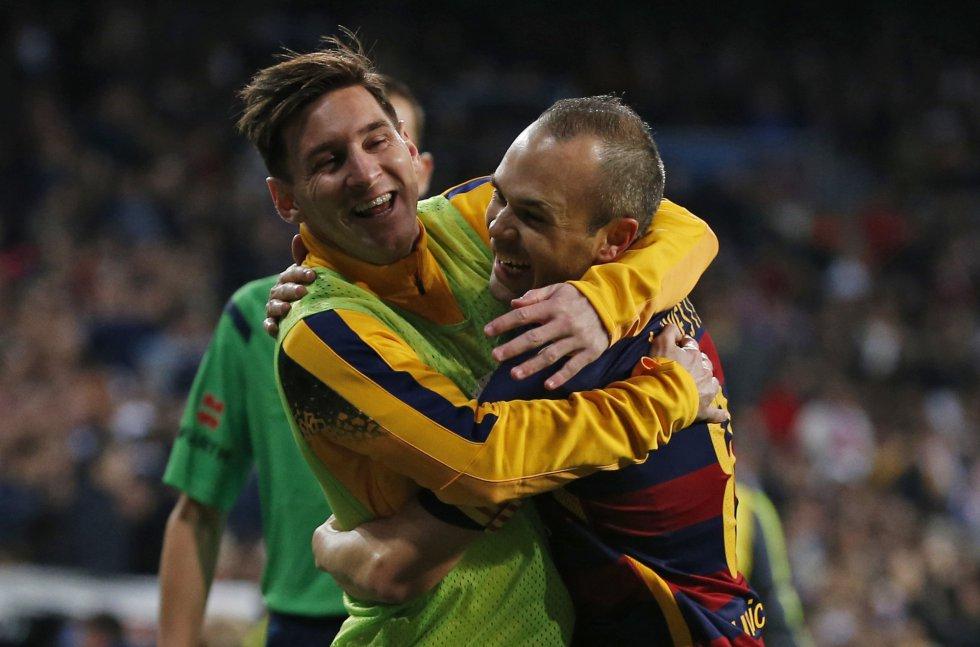 Andres Iniesta y Messi celebran el tercer gol del Barcelona