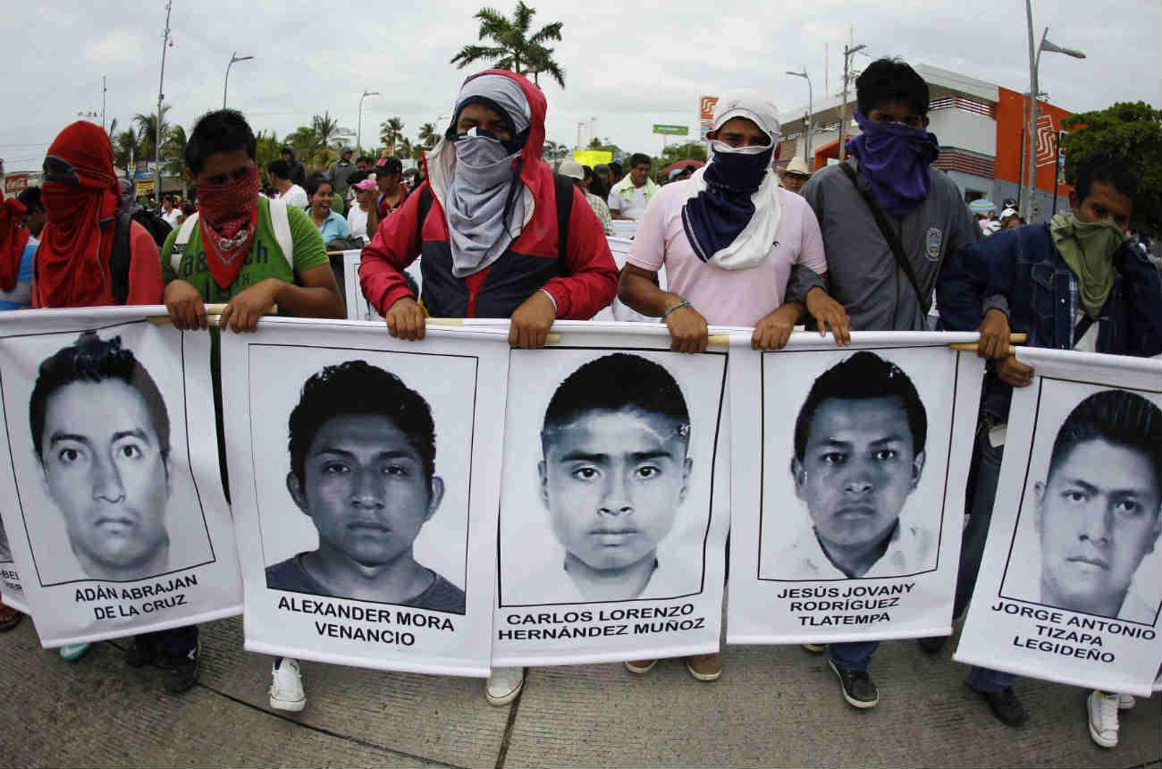 Exhuman restos de normalista de Ayotzinapa para nueva investigación