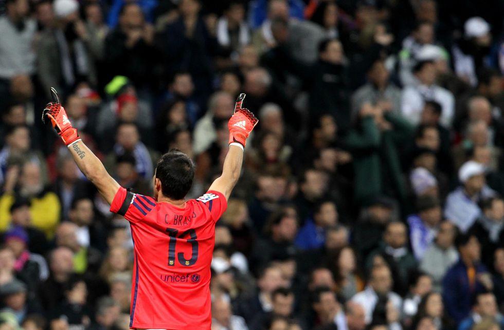 Claudio Bravo celebra un gol en el Santiago Bernabeu