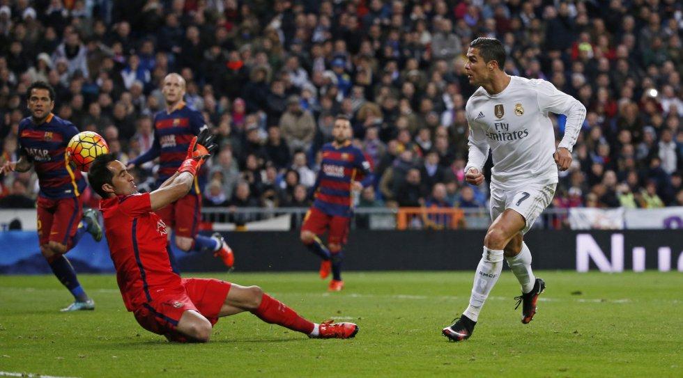 Cristiano Ronaldo intenta un disparo en el encuentro contra el Barcelona