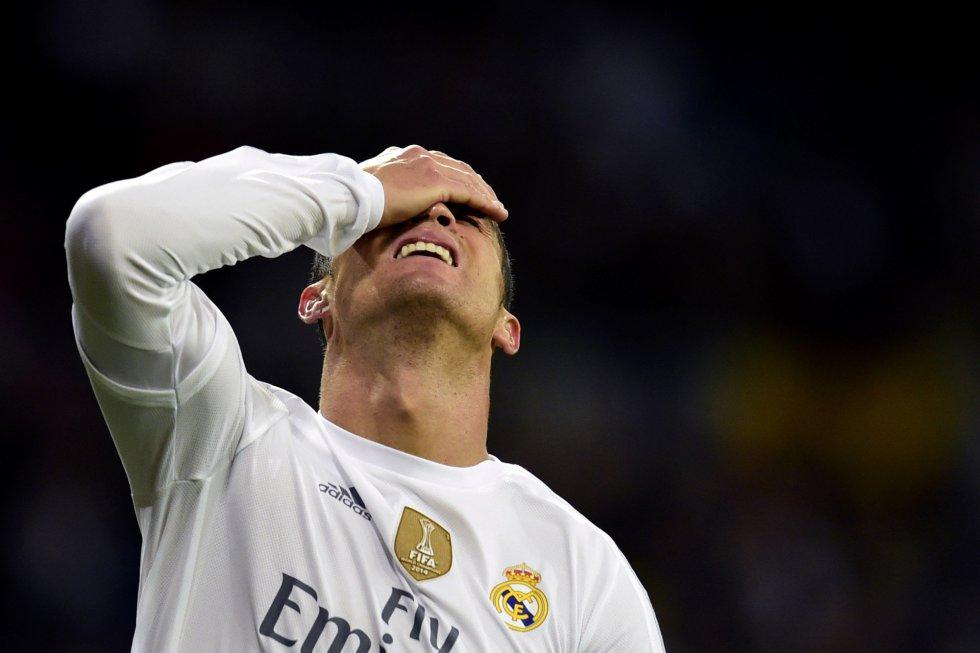 Cristiano Ronaldo se lamenta durante el encuentro contra el Barcelona