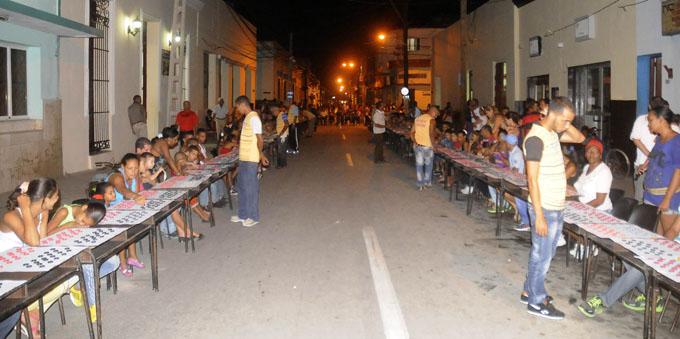 Los bayameses saludaron la fecha con la simultanea gigante de dama / FOTO Luis Carlos Palacios Leyva