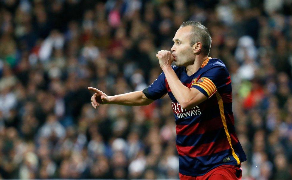 El centrocampista del Barcelona Andrés Iniesta celebra la consecución del tercer gol de su equipo ante el Real Madrid