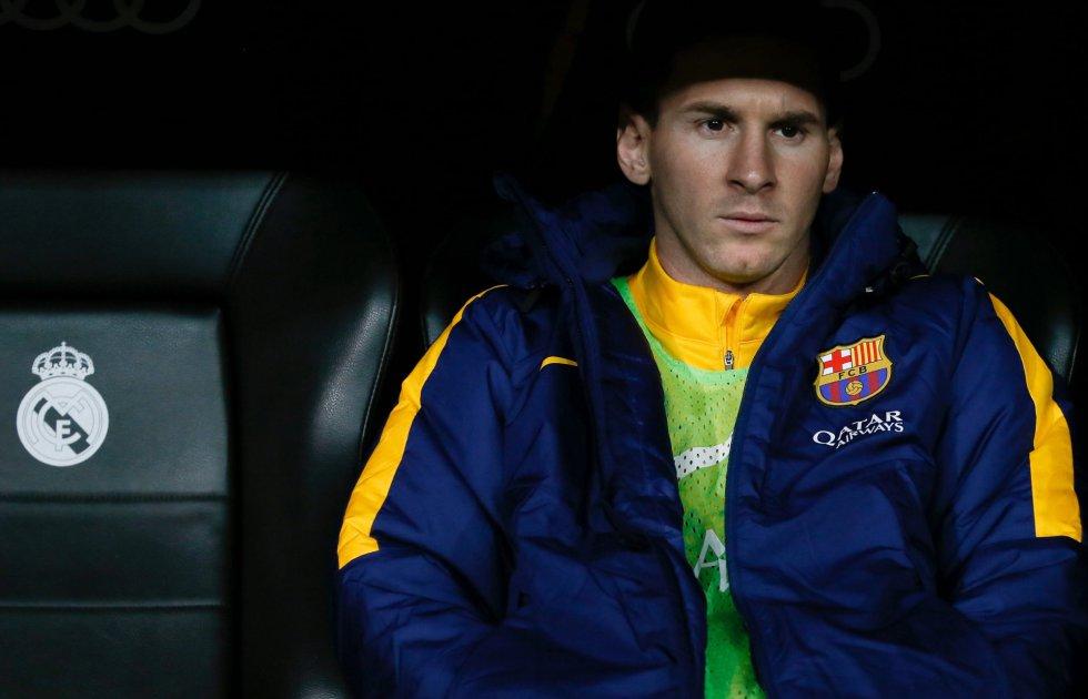 El delantero argentino del Barcelona Lionel Messi en el banquillo durante el partido