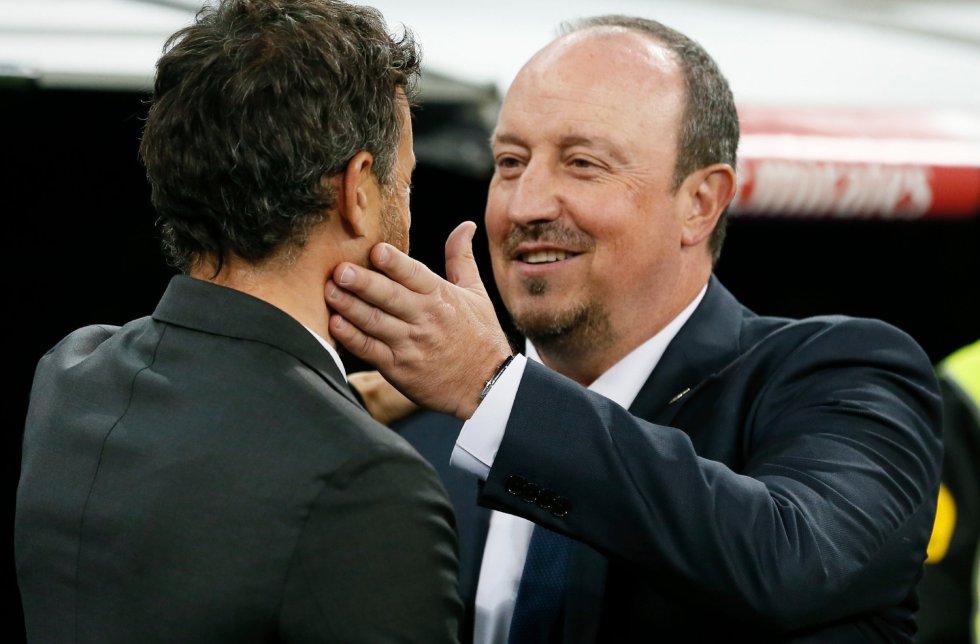 El entrenador del FC Barcelona Luis Enrique Martínez (i) saluda al del Real Madrid, Rafael Benítez, antes del partido