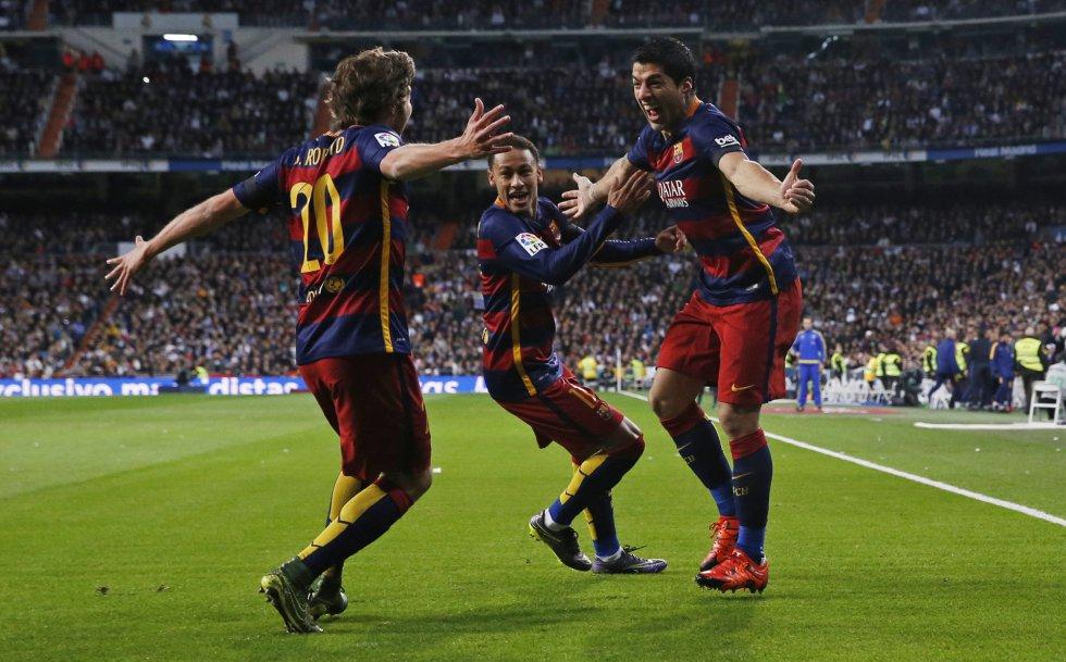 Luis Suárez celebra el gol con sus compañeros