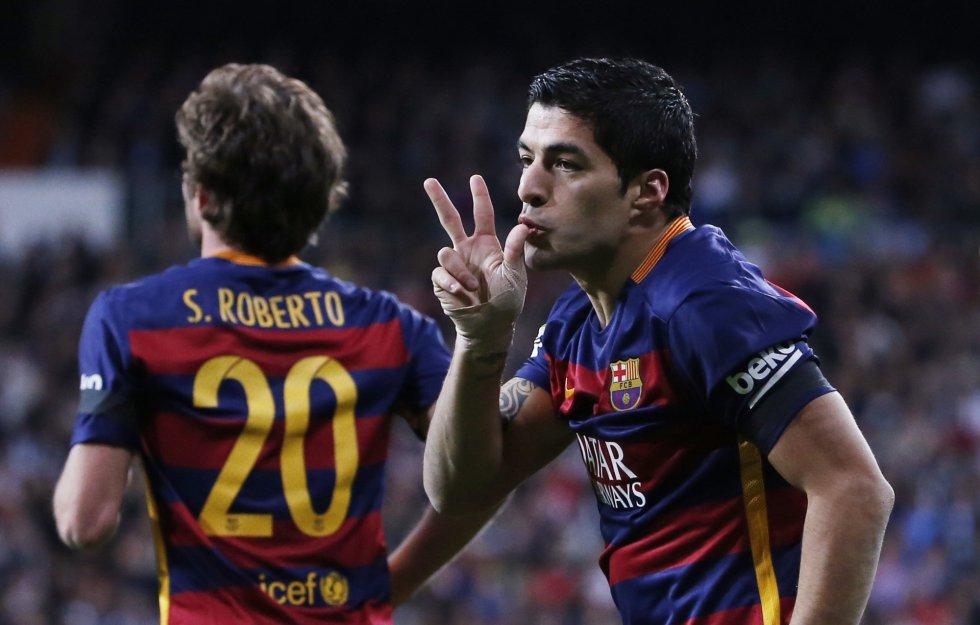 Luis Suárez celebra el gol junto a su compañero Sergi Roberto