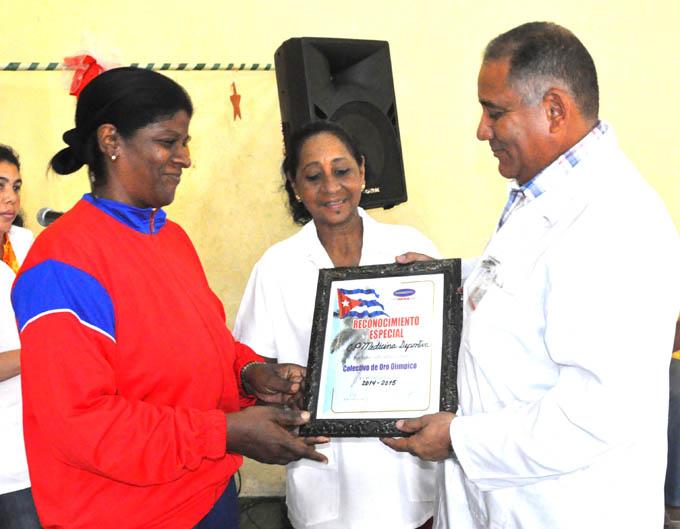 Rodríguez Gala entrega el reconocimiento a Medicina deportiva / FOTO Rafael Martínez Arias