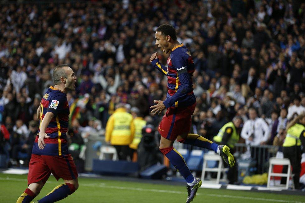Neimar celebra un gol con hiniesta en el partido de liga entre el Real Madrid y el Barcelona en el estadio Santiago Bernabeu