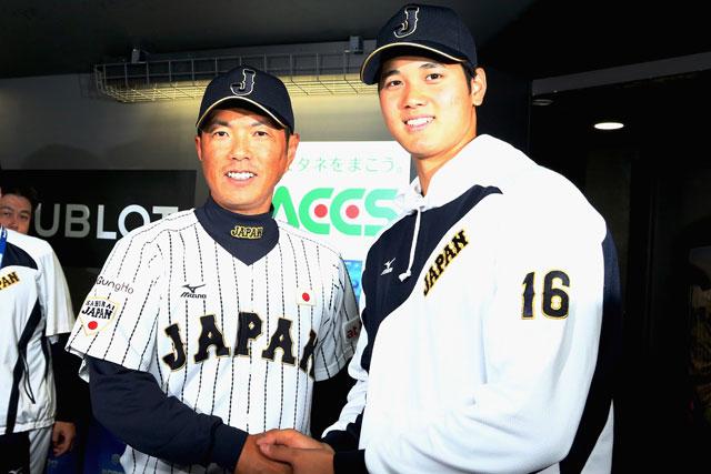 Otani (DER) junto al manager Kokubo